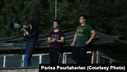 تصویری از پریسا پورطاهریان عکاس ورزشی که پیش از این یک بازی لیگ برتر فوتبال ایران را از روی پشت بام عکاسی کرده بود.
