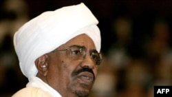 Sudanese President Omar al-Bashir delivers a speech during his swearing-in ceremony at the parliament in Khartoum, 27 May 2010 (file photo).