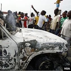 Mahasiswa pendukung Laurent Gbagbo membakar 3 kendaraan PBB, Kamis (13/1).