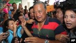 Sukhumbhand Paribatra dari Partai Demokrat disambut para pendukungnya saat tiba di markas besar partainya setelah kemenangannya dalam pemilihan Gubernur Bangkok.