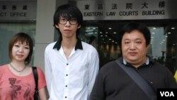 三名涉嫌闖入中國駐港解放軍總部的被告(左起)謝詠雯、招顯聰、張漢賢 (美國之音湯惠芸拍攝)