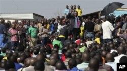 20일 남아공 루스텐부르크 론민 광산 앞에서 광산 노동자들을 향해 연설하는 모이지우아 레코타 의원.