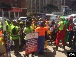 Izisebenzi labamele inhlanganiso yeZimbabwe Congress of Trade Unions babuthene phandle kwebhanga leStanbic eHarare.