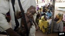 Un enfant souffrant de malnutrition est pesé dans un centre de Médecins sans frontières (MSF), à Dogo près de Zinder au Niger, le 24 août 2005.