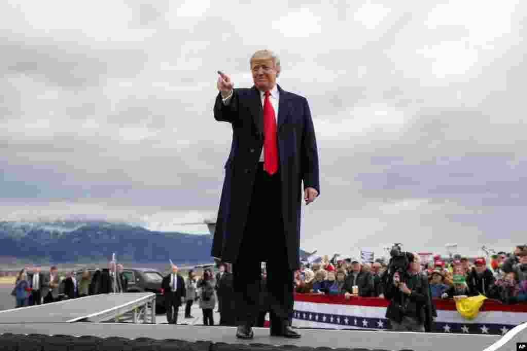 پرزیدنت دونالد ترامپ در روزهای اخیر فعالانه برای جمع کردن رای برای هم حزبی های خود شهر به شهر سفر می کند. همزمان باراک اوباما رئیس جمهوری پیشین نیز در کارزارهای دموکرات فعال است.