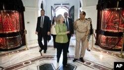 Thống Tướng Tantawi đi cùng Ngoại trưởng Clinton tại Bộ Quốc phòng Ai Cập ở Cairo, 15/7/2012