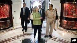 Komandan Tertinggi Militer Mesir, Hussein Tantawi dan Menlu AS Hillary Clinton di kantor Kementerian Pertahanan Mesir di Kairo (15/7).