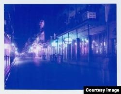 Một bức ảnh chụp một con phố về đêm trong bộ sưu tập ảnh Polaroid của cô Reinhardt