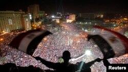 支持军方推翻穆尔西的民众集会呼喊反穆尔西的口号