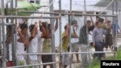 پناهجویان در مرکز نگهداری در جزیره مانوس