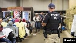 Agenti Službe za imigraciju i carine tokom racije u fabrici u Misisipiju