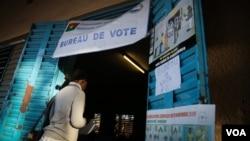 2015年11月29日布基纳法索瓦加杜古: 选民进入投票站