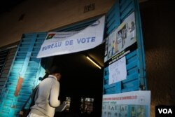 A voter entering a polling station in Ouagadougou, Burkina Faso, Nov. 29, 2015. (VOA/Emilie Iob)