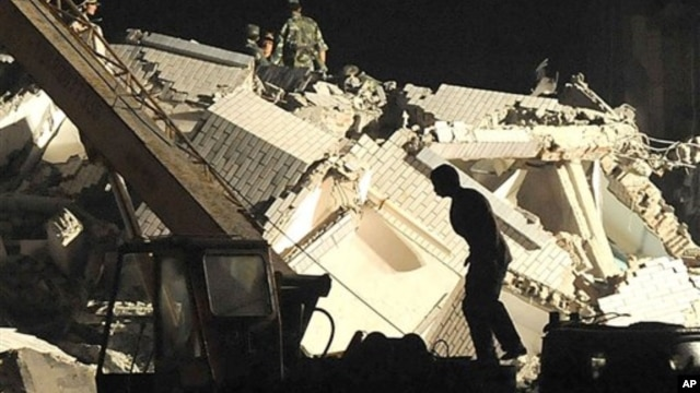 Rescuers search for victims in the debris of a hospital after the earthquake in the southwestern province of Sichuan, China, on May 12, 2008.