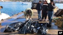 土耳其有關人員正在檢查落水遇難難民屍體。