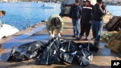 Thi thể các nạn nhân chết đuối được đưa lên một hải cảng gần Izmir, Thổ Nhĩ Kỳ, ngày 21/1/2016.