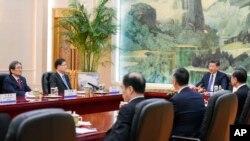 中国国家主席习近平在北京人大会堂会见到访的韩国国家安保室长郑义溶(左二)和韩国驻华大使。(2018年3月12日)