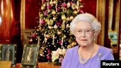 Ratu Elizabeth berpose di ruang makan Istana Buckingham, London seusai rekaman pidato Natal tahunan, 10 December 2014 (Foto: dok).