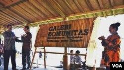 Peresmian Galeri Komunitas di desa Karanganyar Borobudur, Magelang Jawa Tengah oleh Shahbaz Khan (UNESCO), James Gilling (Australia) dan Prof. Wiendu Nuryanti, Rabu 14/5 (foto: VOA/Munarsih).