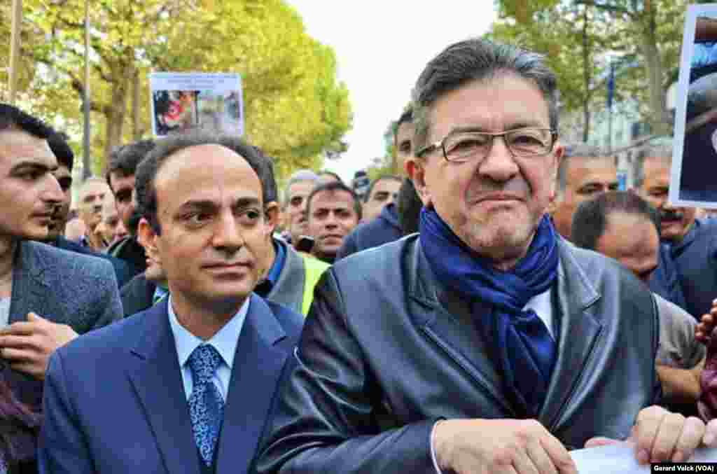 Sol Parti kurucusu ve eski cumhurbaşkanı adaylarından Jean-Luc Mélenchon, Paris'teki Republique Meydanı'nda gösteri düzenleyenler arasında Şanlıurfa Belediye Başkanı Osman Baydemir'le - Fotoğraflar: Gerard Valck