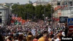 俄罗斯民众者手持旗帜和标语在莫斯科举行反政府示威