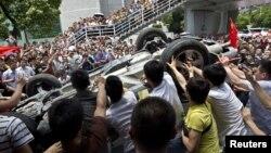 En Shenzhen, los manifestantes chinos volcaron un auto de marca japonesa.