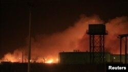 Sebuah pabrik senjata di ibukota Khartoum, Sudan terbakar setelah ledakan hari Selasa malam (23/10).