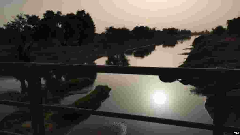 Coucher du soleil sur la Komadougou, rivière séparant le nord du Nigéria au Niger