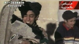 Hamza bin Laden (bên trái) vào năm 2001.