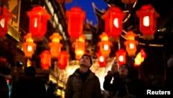 Sepasang kekasih melihat-lihat lentera khas Tahun Baru China di Taman Yuyuan, Shanghai. (Reuters/Carlos Barria)