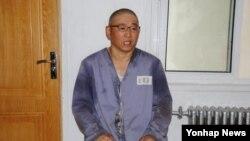 북한의'특별교화소'에 수감 중인 한국계 미국인 케네스 배 씨가 재일본 조선인총연합회 기관지 '조선신보'와 인터뷰 하고있는 모습.
