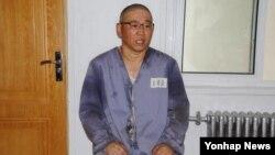 북한의'특별교화소'에 수감 중인 한국계 미국인 케네스 배 씨가 재일본 조선인총연합회 기관지 '조선신보'와 인터뷰 하고 있는 모습.