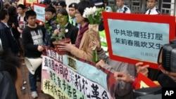 香港社民连成员在中联办声援中国茉莉花散步