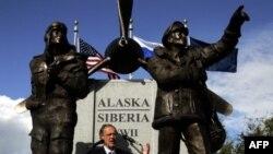 В 2006 году на Аляске был открыт памятник американским и советским летчикам, перегонявшим в СССР самолеты в рамках программы ленд-лиза. В общей сложности этим маршрутом в Советский Союз были доставлены более 5 тыс самолетов.
