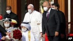 Paus Fransiskus disambut oleh Presiden Irak Barham Salih, di istana Presiden di Baghdad, Jumat, 5 Maret 2021.