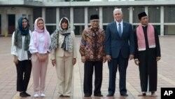 Wapres AS Mike Pence (kedua dari kanan) bersama dua putrinya: Audrey and Charlotte, serta istrinya Karen, saat mengunjungi Masjid Istiqlal di Jakarta, Kamis (20/4).
