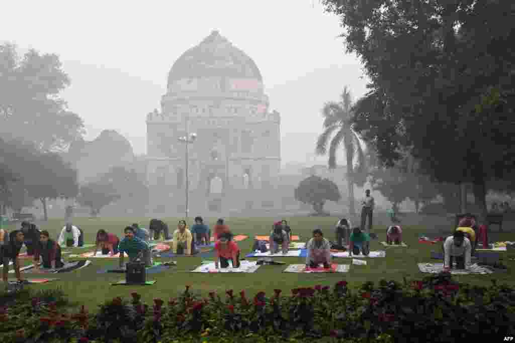 علاقمندان به ورزش یوگا علی رغم مه شدید در دهلی نو باز هم دست از تمرین نمی کشند.