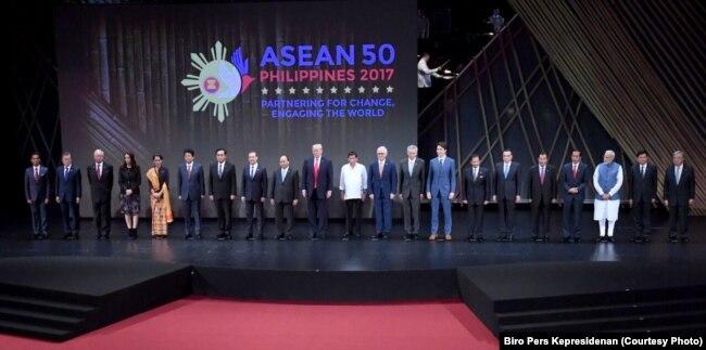 Foto bersama Presiden Joko Widodo dengan para kepala negara peserta KTT ASEAN di Manila, Filipina, Senin, 13 November 2017.