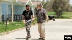 利比亞起義軍指揮官阿維耶布(左)在的黎波里接受美國之音記者裴新採訪
