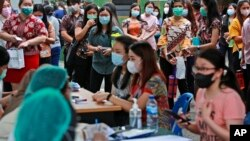 Warga antre untuk mendapatkan vaksinasi COVID-19 di RS Militer Putri Hijau di Medan, Sumatra Utara (18/6). Kasus COVID-19 di Indonesia melonjak tinggi terutama di semua provinsi di Pulau Jawa.