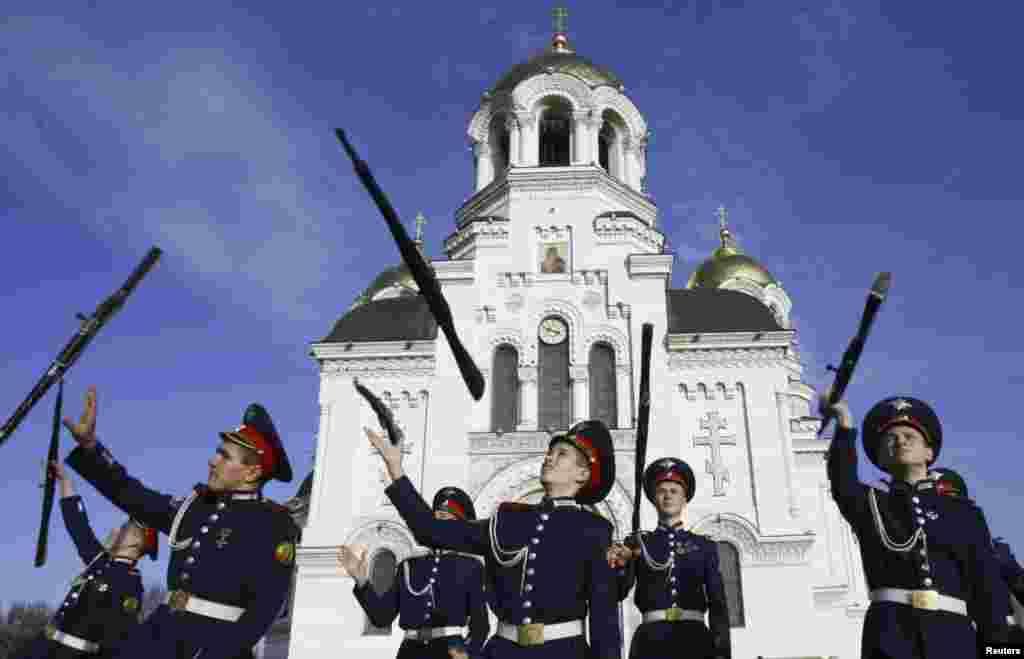 1月22日。俄罗斯新切尔卡斯克军校。哥萨克士兵学生练耍枪,迎接校庆130周年。