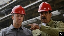 El ministro de Industrias y ex vicepresidente de Venezuela, Tareck Zaida El Aissami Maddah, izquierda fue acusado con cargos criminales por violar sanciones junto al hombre de negocios Samark José López Bello.