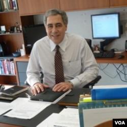 Michael Golden, pengurus badan amal 'Neediest Cases Fund' yang dibentuk harian New York Times 100 tahun lalu.