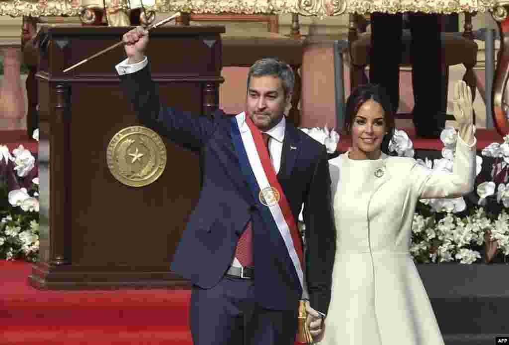 برگزاری مراسم رسمی سوگند «ماریو آبدو بنیتز» به عنوان رئیس جمهوری جدید پاراگوئه در گنار همسرش