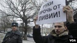 Seorang aktivis Rusia melakukan unjuk rasa di depan kantor perwakilan NATO di Moskow (19/3) menentang campur tangan NATO di Libya.