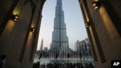 دبئی کے برج الخلیفہ کی مختلف منزلوں پر موجود افراد کے لیے افطار اور سحر کے مختلف اوقات ہوں گے۔ (فائل فوٹو)