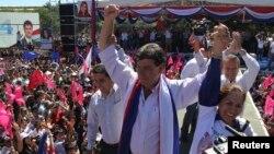 El candidato Efraín Alegre del partido liberal participa de uno de sus últimas manifestaciones de campaña en Ciudad del Este.