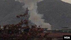 Asap tampak mengepul akibat serangan bom mobil bunuh diri di Kabul, Afghanistan hari Rabu (25/3).