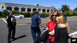 美国加州波威市的恰巴德犹太教堂发生枪击后,教堂外面,人们拥抱。