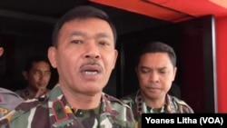 Kapolda Sulawesi Tengah Brigjen Idham Aziz memberikan keterangan di Mapolres Poso 30 November 2015. (VOA/Yoanes Litha)
